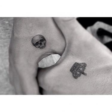 czaszka i korona tatuaż