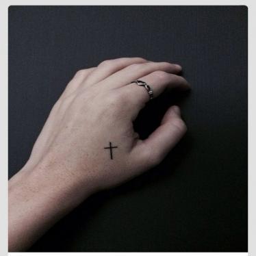 krzyż dłoń tatuaż