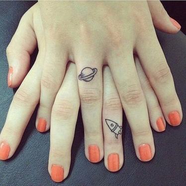 planeta i rakieta tatuaż
