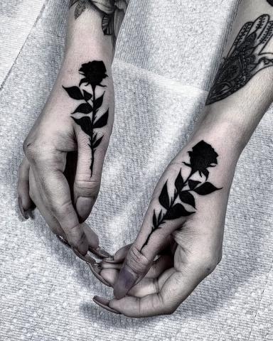 Czarne róże tatuaż na dłoni