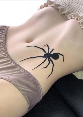Czarny pająk tatuaż