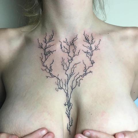 Damski tatuaż na klatce piersiowej