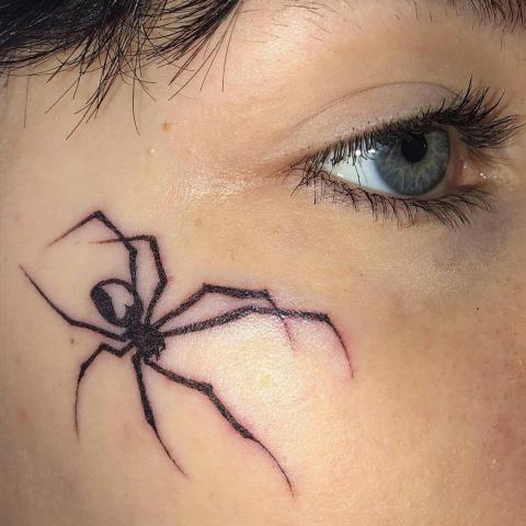 Damski tatuaż pająk