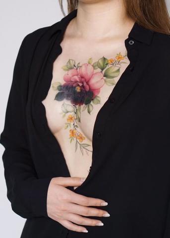 Dekolt tatuaż kwiaty