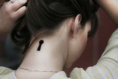Dziurka Od Klucza 3d Na Karku Pomysły I Wzory Tatuaży Dla