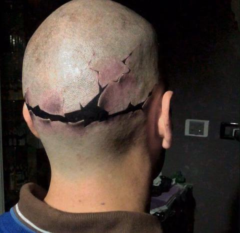 Męski tatuaż na głowie