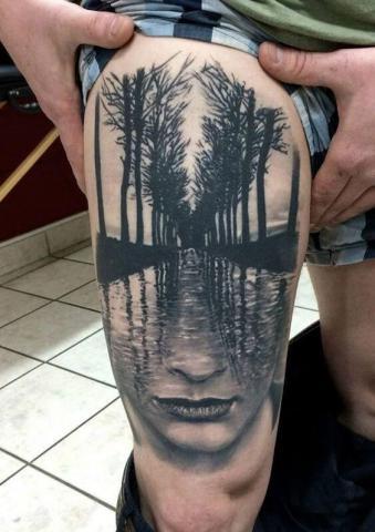 Męski tatuaż na udzie
