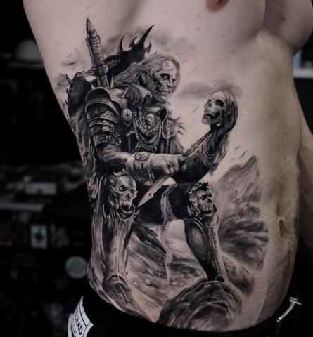 Męski tatuaż na żebrach
