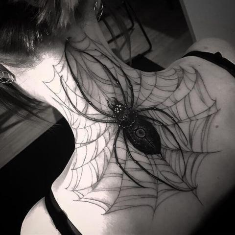 Na szyi pająk tatuaż