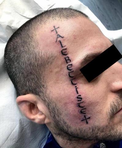 Napis na twarzy tatuaż męski