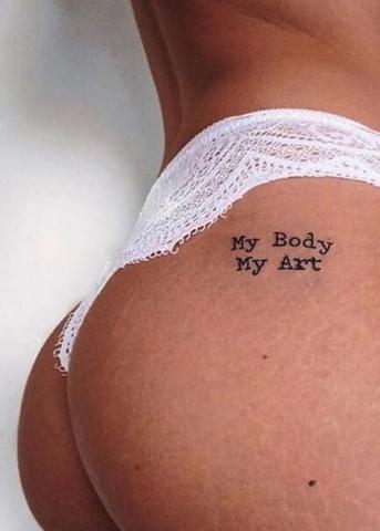 Napis tatuaż na pośladku