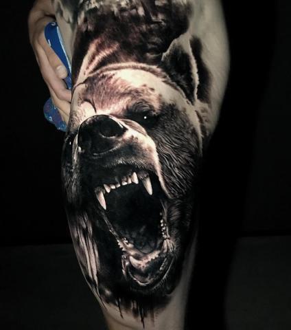 Niedzwiedź na nodze tatuaż