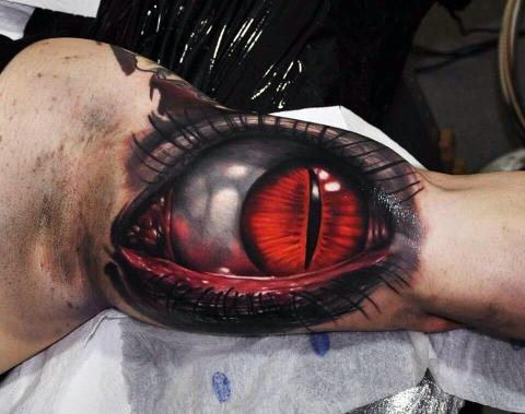 Oko tatuaż na bicepsie