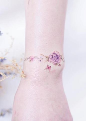 Opaska z kwiatów na nadgarstku tatuaż damski