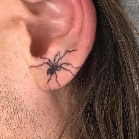 Pająk na uchu tatuaż
