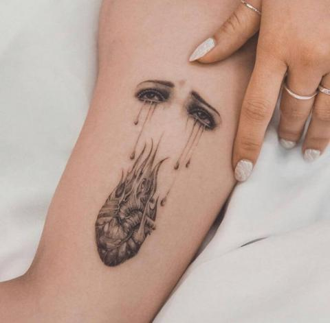 Płaczące serce tatuaż