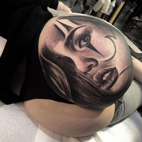 Pośladek tatuaż twarz