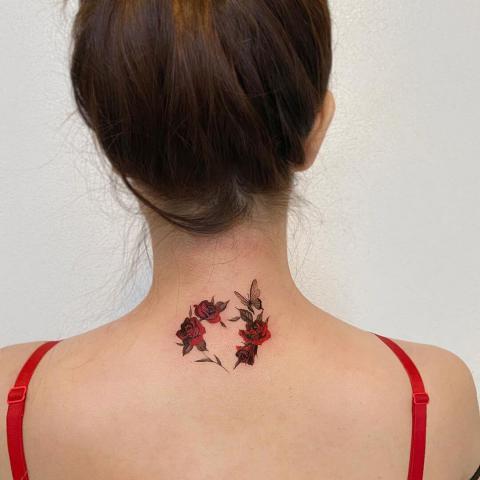 Róże i motyl na szyi tatuaż