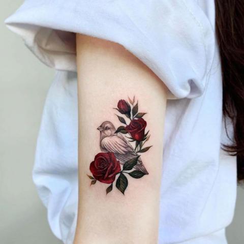 Róże i ptak tatuaż