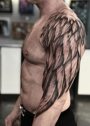 Skrzydło tatuaż na ramieniu