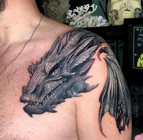 Smok na ramieniu tatuaż