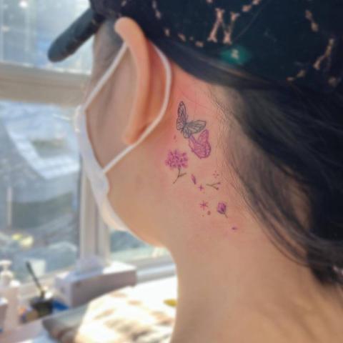 Subtelny tatuaż za uchem