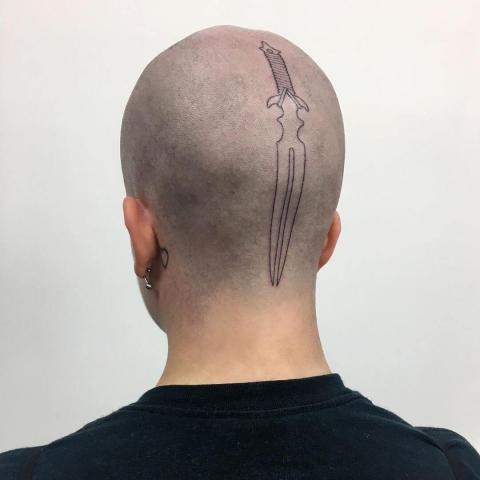 Sztylet na głowie tatuaż