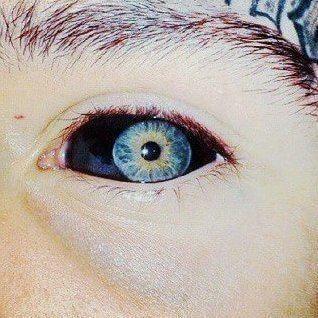 Tatuaż czarna gałka oczna