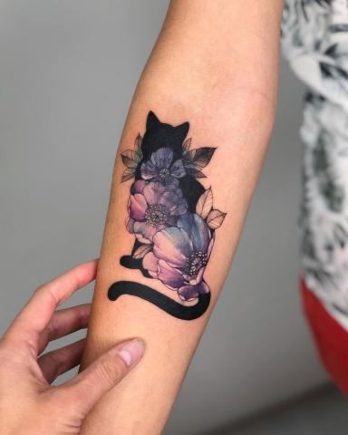 Tatuaż czarny kot i kolorowe kwiaty