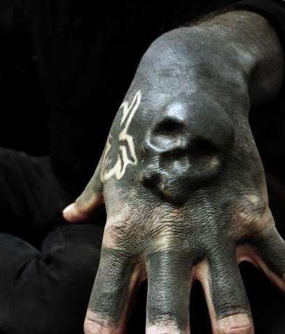 Tatuaż czaszka na dłoni