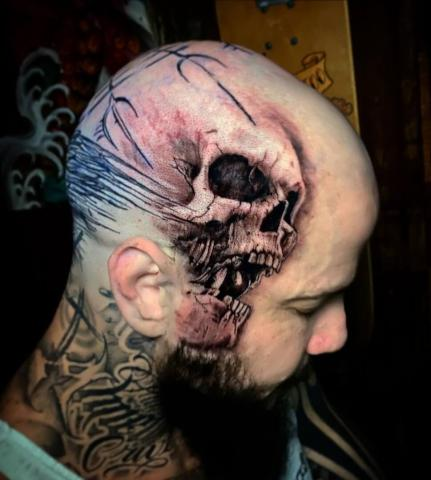 Tatuaż czaszka na głowie