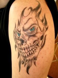 tatua czaszka w p omieniach pomys y i wzory tatua y dla kobiet m czyzn human. Black Bedroom Furniture Sets. Home Design Ideas