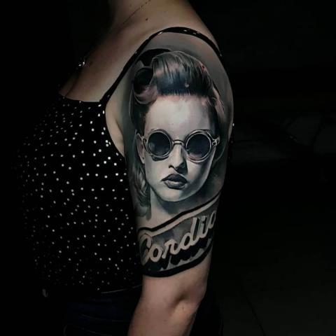 Tatuaż damski kobieta w okularach