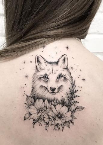 Tatuaż damski lis na plecach