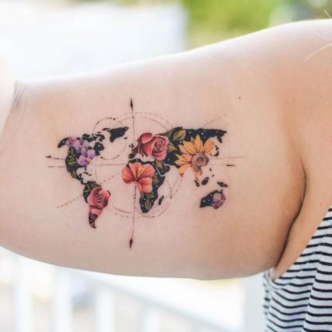Tatuaż damski na bicepsie kwiaty