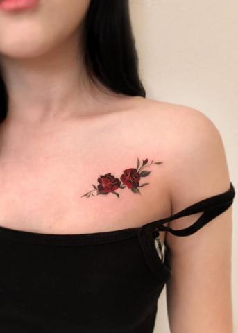 Tatuaż dwie róże czerwone na obojczyku