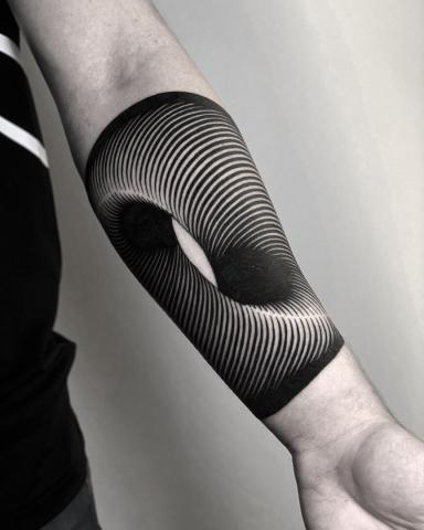 Tatuaż iluzja na ręce