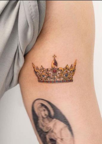 Tatuaż korona kolorowa
