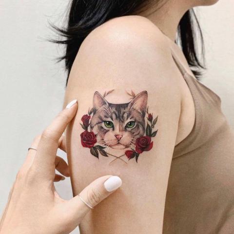 Tatuaż kotek i róże