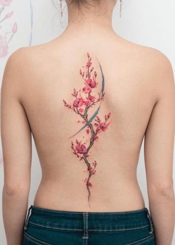 Tatuaż kwiaty na kręgosłupie