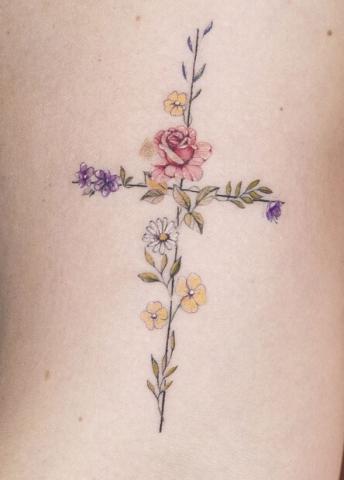 Tatuaż kwiaty ułożone w krzyż