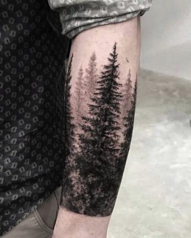 Tatuaż las na ręce