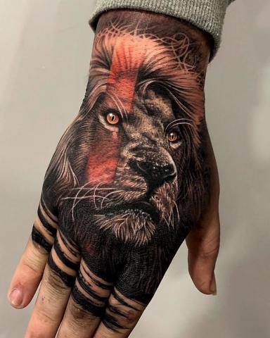 Tatuaż lew na dłoni