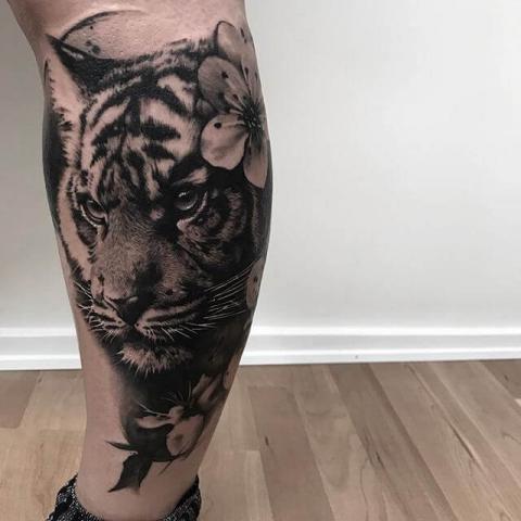 Tatuaż łydka tygrys