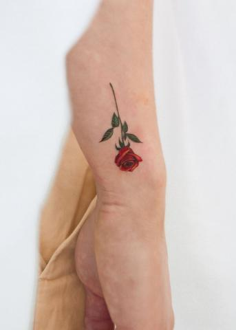 Tatuaż mała różyczka na ręce