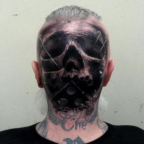 Tatuaż męski z tyłu czaszki