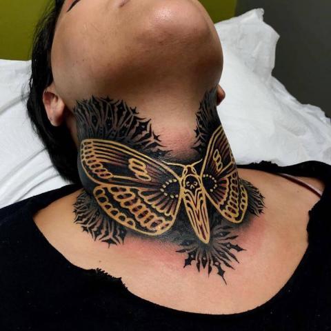 Tatuaż motyl na szyi