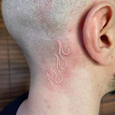 Tatuaż na głowie za uchem