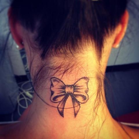 Tatuaż Na Karku Pomysły I Wzory Tatuaży Dla Kobiet