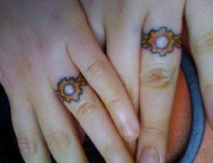 Tatuaż na palcach dla dwojga zakochanych